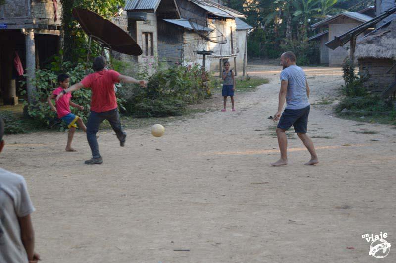 Jugando al futbol con los niños de un poblado de Laos.