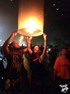 lanzando linternas en el Loy Krathon de Chiang Mai.