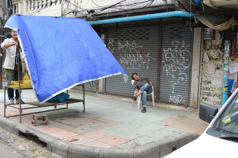 Montando un puesto de ropa en Bangkok, Tailandia.