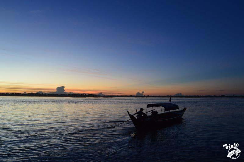 Barco camboyano sobre el río Mekon, en Camboya.
