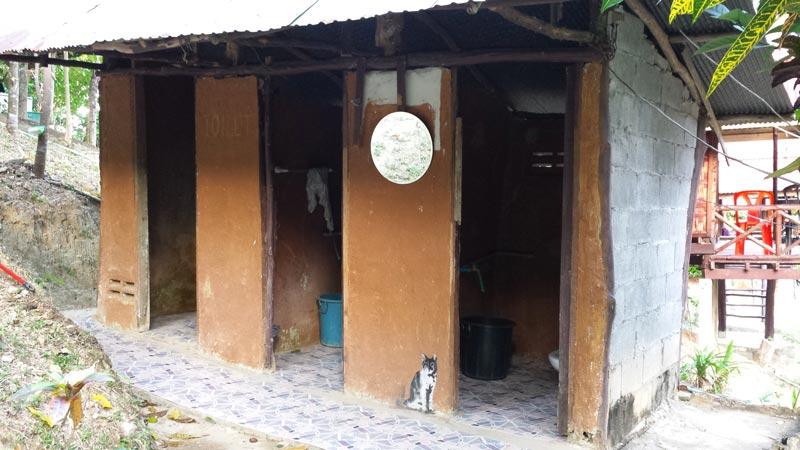 Baños de un hostal barato en Railay, Tailandia.