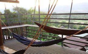 Un hostal con terraza y hamacas en Pai, norte de Tailandia.