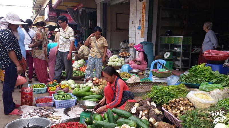 Mujeres vendiendo verduras en un mercado de Camboya