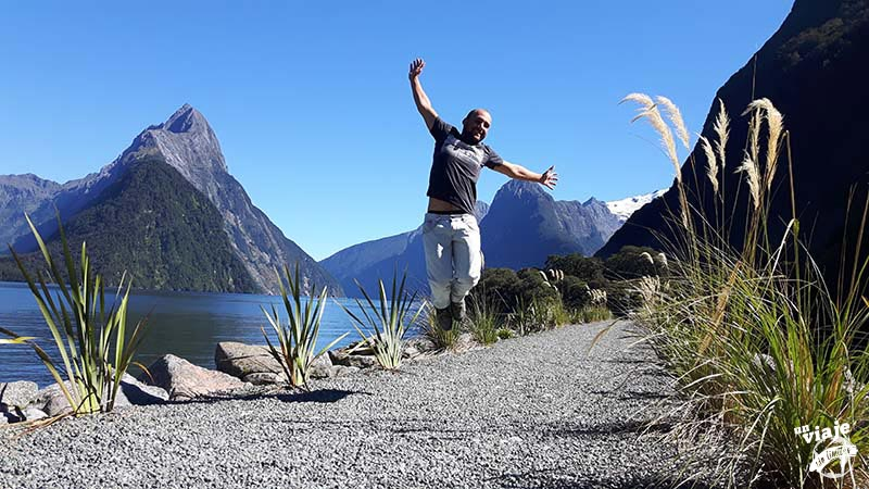 Saltando en el fiordo de Milford Sound, Nueva Zelanda.