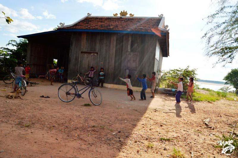 Niños jugando en un pueblo de camboya.