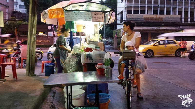 Cenando en las calles de Bangkok