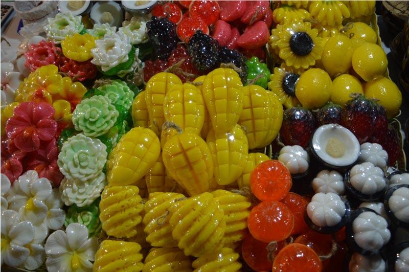 Jabones de frutas en el Sunday Night Market, Chiang Mai, Tailandia.